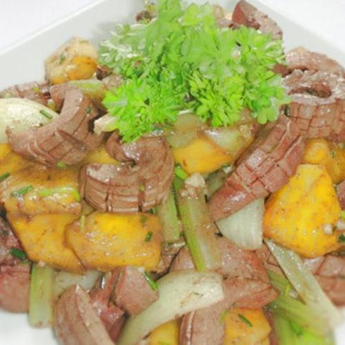 Tạo ra hương vị thơm ngon riêng biệt từ cật lợn xào dứa hành2
